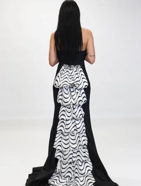 Μακρύ Στράπλες Φόρεμα Με Εντυπωσιακή Ουρά